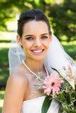 Retrato do close-up de uma noiva bonita com o ramalhete no parque Imagem de Stock Royalty Free