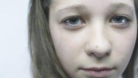 Retrato do Close-up de uma rapariga Uma menina bonita com olhos grandes está estando no vento no slowmo vídeos de arquivo