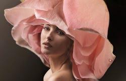 Retrato do close up de uma senhora que veste um chapéu cor-de-rosa da flor imagem de stock