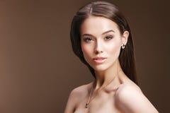 Retrato do close-up de vestir à moda da mulher dos bordos vermelhos retros dourado Fotografia de Stock