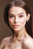Retrato do close-up de vestir à moda da mulher dos bordos vermelhos retros dourado Fotos de Stock Royalty Free