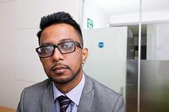 Retrato do close-up de vidros vestindo do homem de negócios indiano com barba Fotografia de Stock Royalty Free