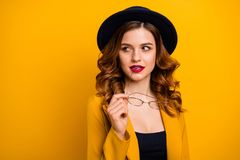 Retrato do close-up dela ela queolha o luxo inteligente esperto lindo bonito doce atrativo bonito encantador pensativo fotografia de stock