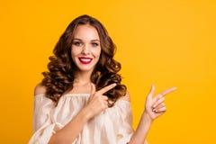 Retrato do close-up dela ela senhora ondulado-de cabelo do positivo animador alegre bonito atrativo agradável que aponta dois ded foto de stock