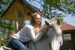Retrato do close-up do adolescente e do cavalo fotos de stock