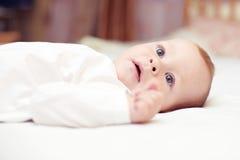 Retrato do Close-up do bebê bonito que encontra-se na cama Imagens de Stock