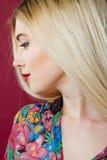 Retrato do close up do louro sensual com composição profissional e da camisa colorida no estúdio no fundo cor-de-rosa Imagens de Stock Royalty Free