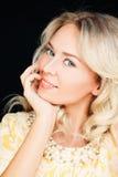 Retrato do close up do modelo de forma louro bonito Woman fotografia de stock royalty free