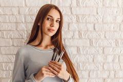 Retrato do close up do modelo fêmea 'sexy' de sorriso no salão de beleza com as borlas para a composição imagem de stock