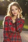 Retrato do close up do modelo louro lindo no levantamento na moda do vestido imagens de stock