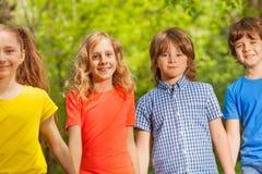 Retrato do close-up do passeio feliz das crianças exterior Fotos de Stock