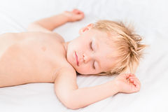 Retrato do close-up do rapaz pequeno de sono com cabelo louro fotos de stock royalty free