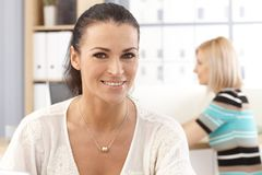 Retrato do close up do secretário feliz ocasional do escritório fotos de stock royalty free