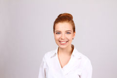 Retrato do close up do sorriso novo bonito da mulher de negócio Imagem de Stock Royalty Free
