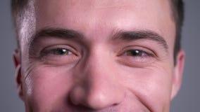Retrato do close up dos olhos marrons masculinos caucasianos atrativos que olham em linha reta na câmera com expressão facial de  video estoque