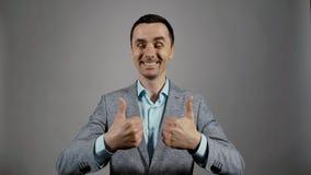 Retrato do close up dos polegares dobro de um gesto novo da exibi??o do homem de neg?cio acima filme