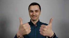 Retrato do close up dos polegares dobro de um gesto novo da exibi??o do homem de neg?cio acima video estoque