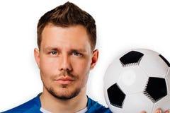 Retrato do close-up do futebol considerável novo do jogador de futebol que levanta no branco isolado imagens de stock royalty free