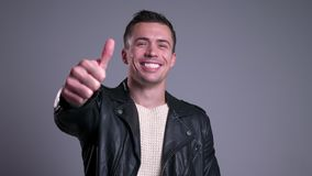 Retrato do close up do homem caucasiano considerável que sorri olhando a câmera e mostrando o polegar acima video estoque