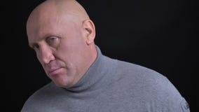 Retrato do close up do homem caucasiano de meia idade que está sendo irritado e irritado na frente da câmera com fundo vídeos de arquivo