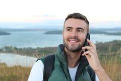 Retrato do close up, homem ectático feliz novo com mão nos olhos largamente abertos e boca falando no telefone celular, isolado f fotos de stock