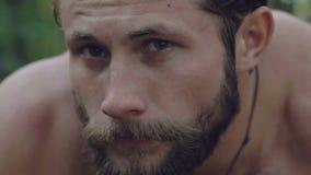 Retrato do close-up do homem molhado forte na floresta lentamente video estoque