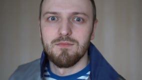 Retrato do close-up do homem novo farpado atrativo dentro vídeos de arquivo