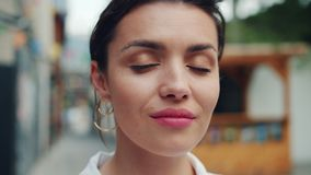 Retrato do close-up do movimento lento da jovem senhora que olha a câmera com sorriso claro filme