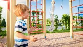 Retrato do close up do rapaz pequeno feliz de sorriso ador?vel no campo de jogos das crian?as no parque imagem de stock royalty free