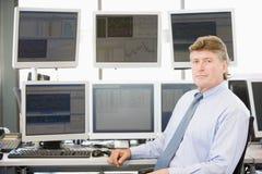 Retrato do comerciante conservado em estoque na frente do computador foto de stock