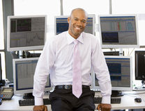 Retrato do comerciante conservado em estoque na frente do computador fotos de stock royalty free