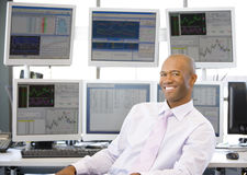 Retrato do comerciante conservado em estoque na frente do computador imagens de stock