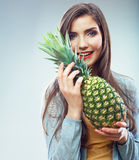 Retrato do conceito da dieta do fruto da mulher com abacaxi verde Foto de Stock Royalty Free