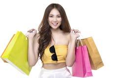 Retrato do conceito da mulher da compra, do conceito bonito dos sacos de compras, da venda e da despesa da senhora da posse da mu imagem de stock