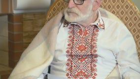 Retrato do contador de histórias velho na cadeira de balanço filme