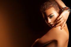 Retrato do contraste alto da jovem mulher encantador com composição e s Fotografia de Stock Royalty Free
