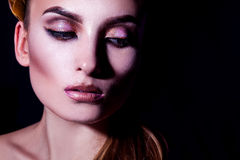 Retrato do contraste alto da mulher adulta nova bonita com composição Imagem de Stock