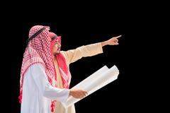 Retrato do coordenador árabe que fala sobre o trabalho da construção e para verificar o modelo com compromisso ao sucesso no pret foto de stock