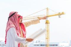 Retrato do coordenador árabe que fala sobre o trabalho do saudita e para verificar o modelo com compromisso ao sucesso no canteir foto de stock