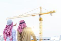 Retrato do coordenador ?rabe que fala sobre o trabalho do saudita com compromisso ao sucesso no canteiro de obras com fundo do gu foto de stock