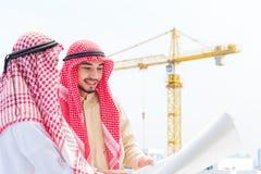 Retrato do coordenador ?rabe que fala sobre o trabalho do saudita e para verificar o modelo com compromisso ao sucesso no canteir imagem de stock royalty free