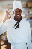 Retrato do cozinheiro chefe feliz que faz o sinal aprovado Fotografia de Stock Royalty Free