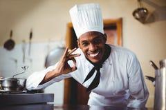 Retrato do cozinheiro chefe feliz que faz o sinal aprovado Foto de Stock Royalty Free