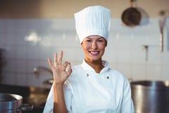 Retrato do cozinheiro chefe feliz que faz o sinal aprovado Foto de Stock