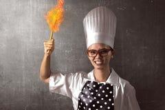 Retrato do cozinheiro chefe irritado da jovem mulher foto de stock