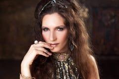 Retrato do dançarino tribal, mulher bonita no estilo étnico em um fundo textured fotos de stock royalty free