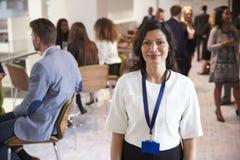 Retrato do delegado fêmea durante a ruptura na conferência imagem de stock royalty free