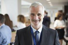 Retrato do delegado masculino durante a ruptura na conferência imagens de stock royalty free