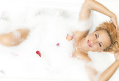 Retrato do descanso louro caucasiano sensual de fascínio apaixonado na banheira espumosa Foto de Stock Royalty Free