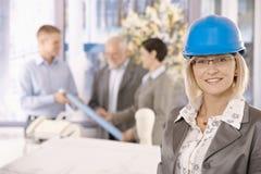 Retrato do desenhador fêmea no capacete de segurança Foto de Stock